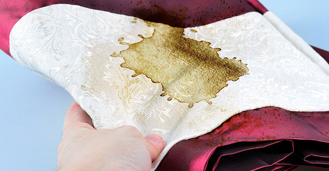 Plama na błyszczącej tkaninie